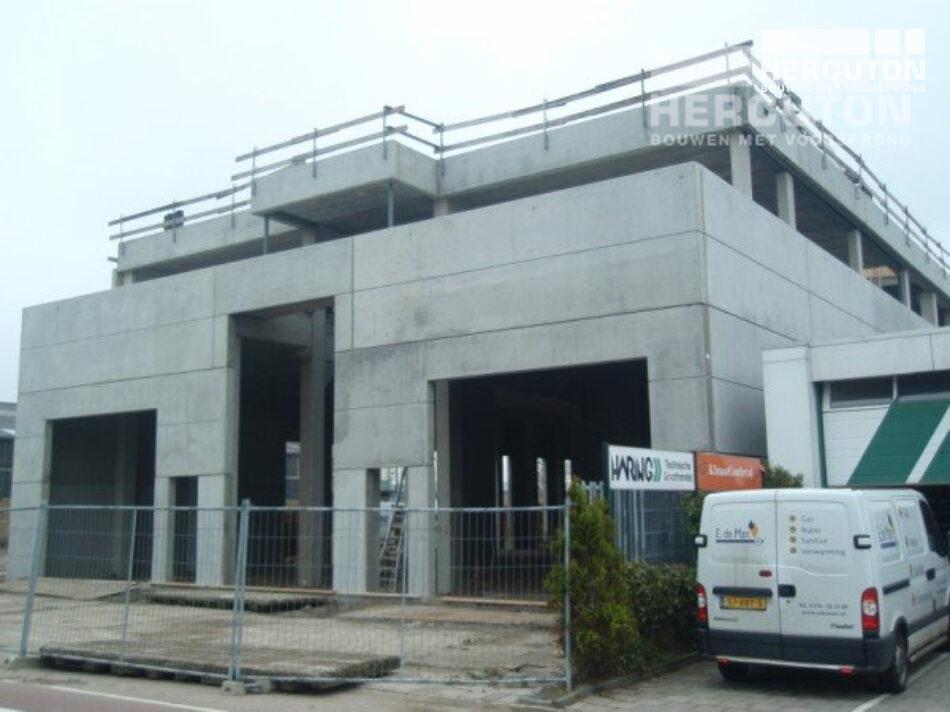 Boven de bedrijfsunits worden 2 woningen gerealiseerd. Het pand is ontworpen door v.o.f. Bouwkundig Adviesburo Butek.