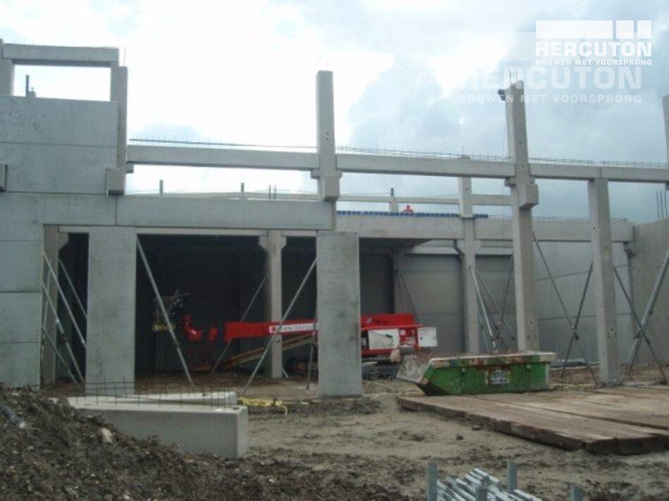 Het totaaloppervlakte bedraagt 1.775 m2 en het geheel is uitgevoerd in glad beton.