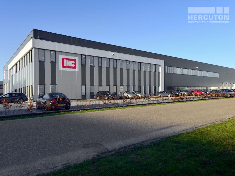 Bedrijfshal met kantoor Louwman Groep / IHC Hytech
