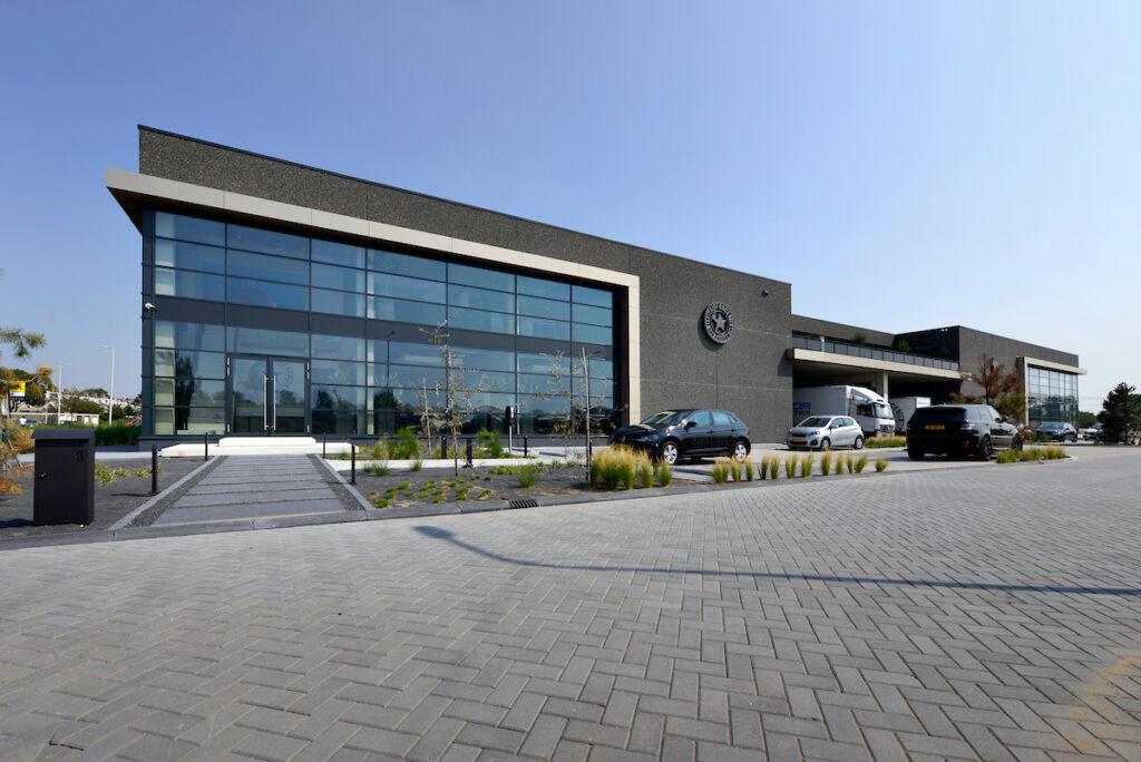 Hercuton heeft het bedrijfspand van Airforce in Zandvoort turn-key inclusief bestrating opgeleverd. - gevel