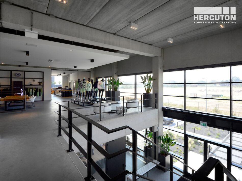 Hercuton heeft het bedrijfspand van Airforce in Zandvoort turn-key inclusief bestrating opgeleverd. - showroom