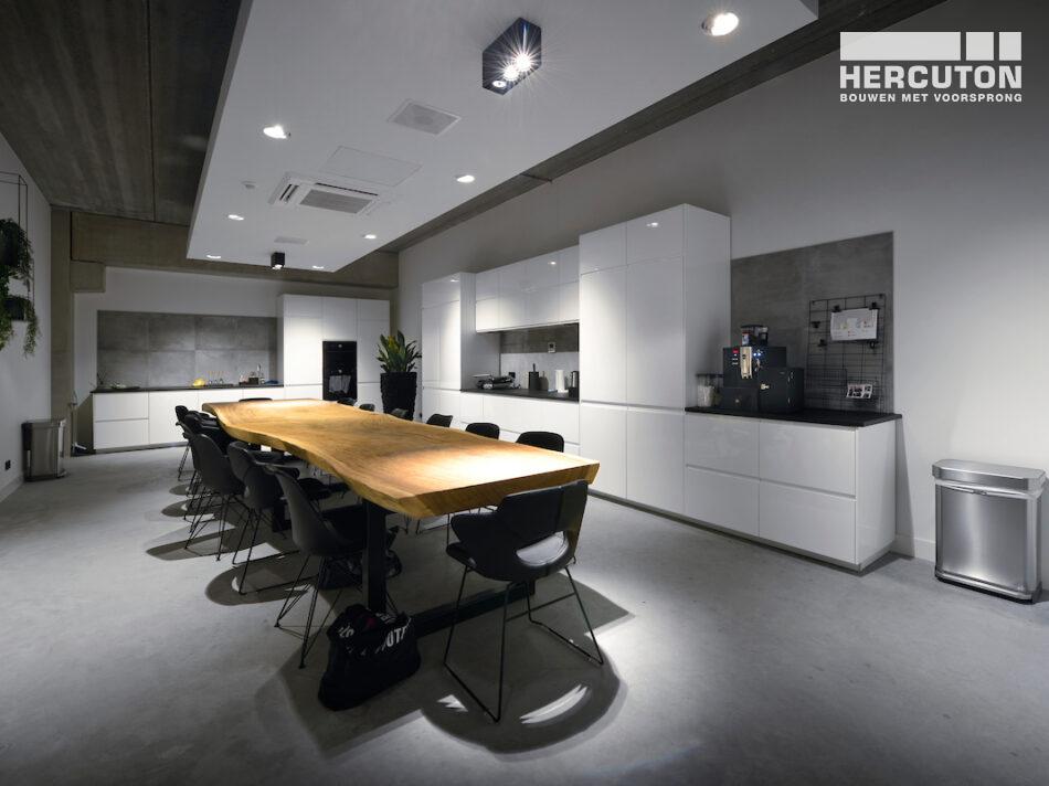 Hercuton heeft het bedrijfspand van Airforce in Zandvoort turn-key inclusief bestrating opgeleverd. - kantine