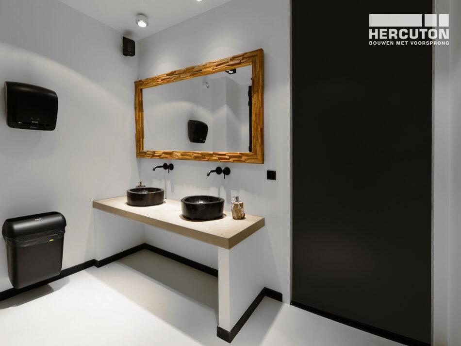 Hercuton heeft het bedrijfspand van Airforce in Zandvoort turn-key inclusief bestrating opgeleverd. - toilet