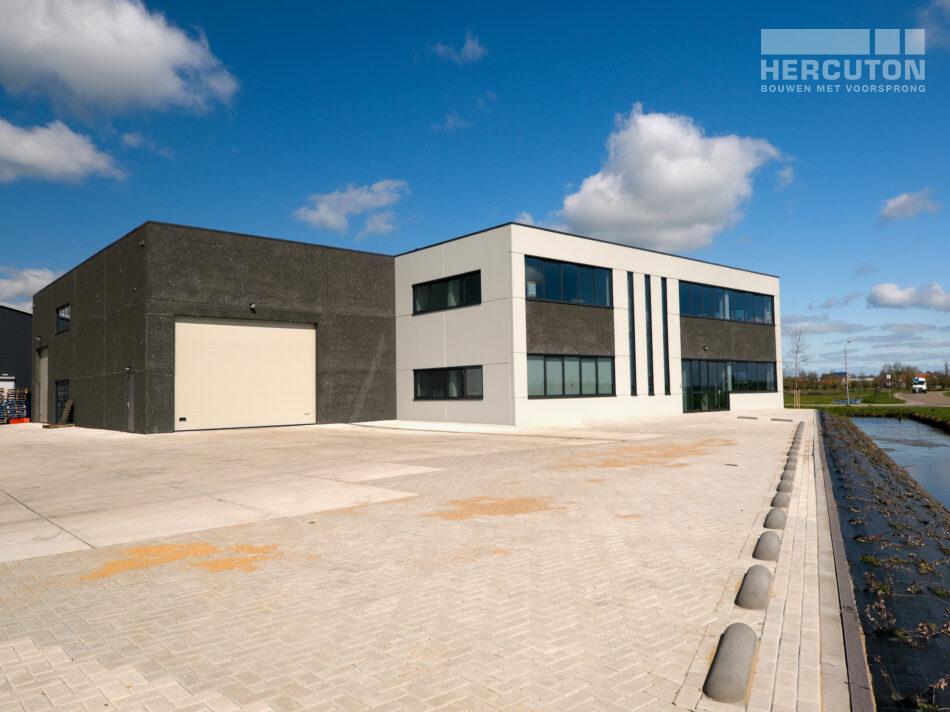 Nieuwbouw bedrijfsruimte met kantoor in loft architectuur door Hercuton