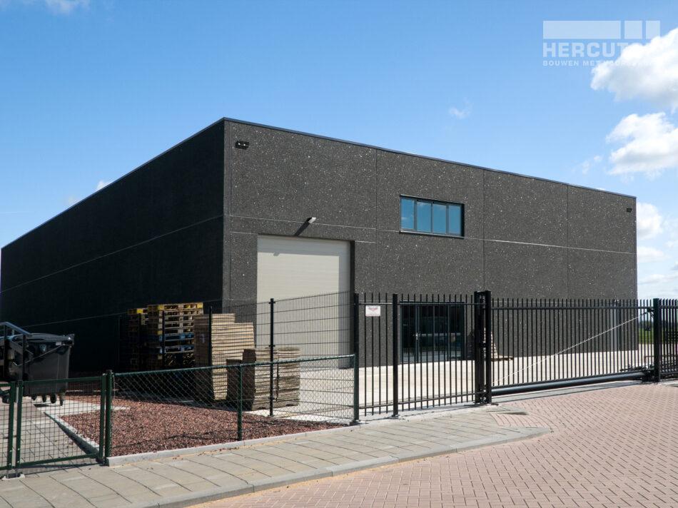 Nieuwbouw bedrijfsruimte met kantoor in loft architectuur door Hercuton b.v.