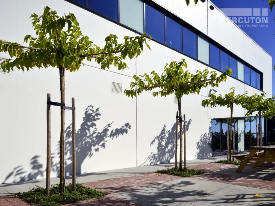 Aviocom is toeleverancier voor de vliegtuigindustrie. Zij ervaren onder meer het accumulerend vermogen van beton, de degelijkheid en de brandwerende eigenschappen als een pré. Het gebouw is ontworpen door Architectenburo De Jonge bv uit Kats. Het gebouw heeft een oppervlakte van ca. 1.000 m2. Het kantoor is uitgevoerd in semi-loft. Het pand is voorzien van een verdiepingsvloer van 365 m2 en een dakterras. De achtergevel is gecoat in de kleur blauw. De overige wanden zijn van een witte coating voorzien. De voorgevel is daarnaast voorzien van aluminium puien met daartussen blank aluminium gekleurde shingles.