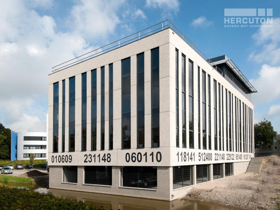 Voor Barcode realiseerde Hercuton een bijzonder toepasselijk kantoorpand: de verticale raampartijen hebben verschillende breedtes en geven het pand een uitstraling van een streepjescode.