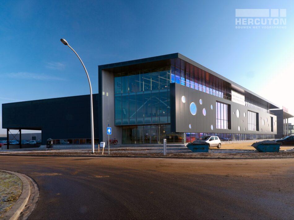 Hercuton realiseerde het kantoor met bedrijfsruimte voor Boost in Nieuwkuijk. - zijgevel