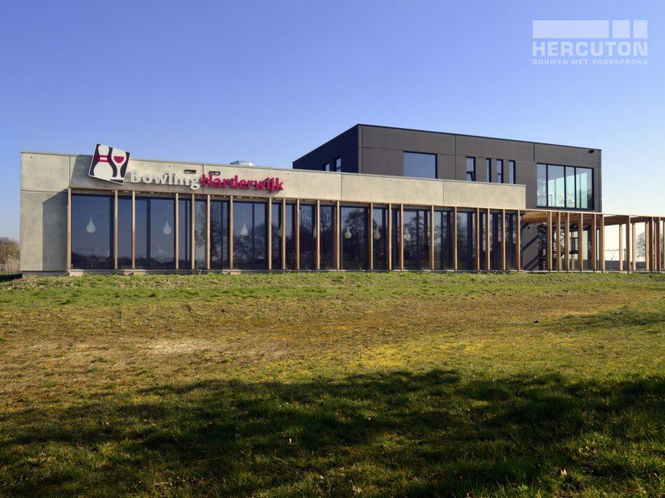 Hercuton realiseerde Bowling Harderwijk met 12 bowlingbanen en een sfeervol restaurantgedeelte. - buitengevel