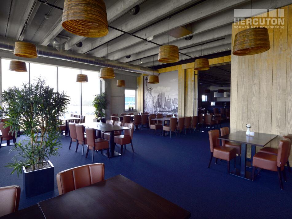Bowling Almere Met een oppervlakte van 2.964 m2 en maar liefst 24 bowlingbanen mag Bowling Almere zich met recht de op één na grootste bowlingbaan van Nederland noemen. Het pand is onder meer voorzien van een grand café, restaurant en buitenterras.