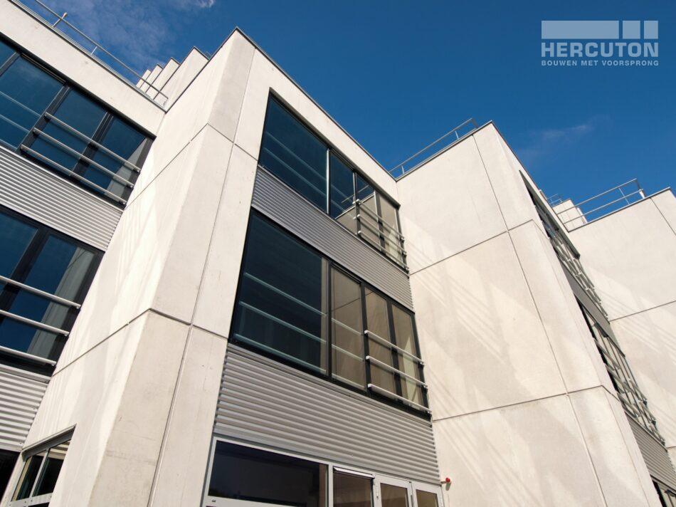 Het bedrijfspand met kantoren aan de Wilgenweg is uitgevoerd in loft architectuur.