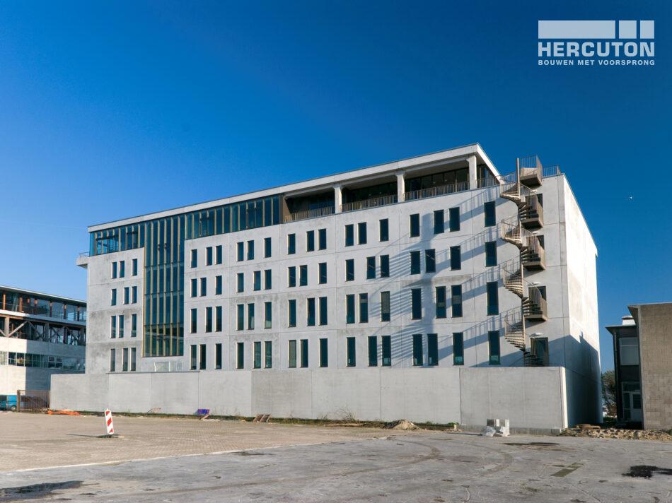 Het kantoorgebouw aan de Danzigerkade is uitgevoerd in loft architectuur - achteraanzicht