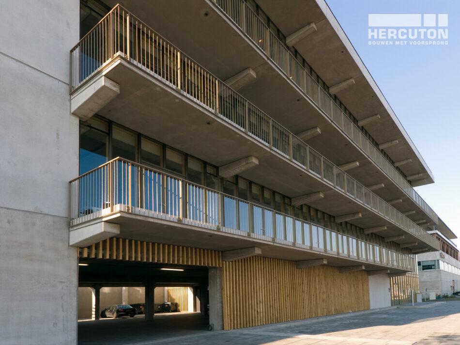 Het kantoorgebouw aan de Danzigerkade is uitgevoerd in loft architectuur - zijaanzicht