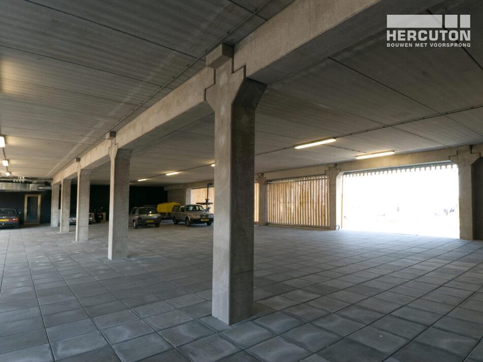 Het kantoorgebouw aan de Danzigerkade is uitgevoerd in loft architectuur - parkeerplaatsen