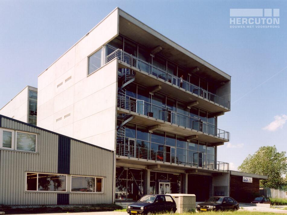 Het pand bestaat uit 4 bouwlagen met een parkeergarage op de begane grond. De buitenzijde van het loft kantoor is van Cortenstaal voorzien. Door roestvorming kleurt dit op den duur oranje.
