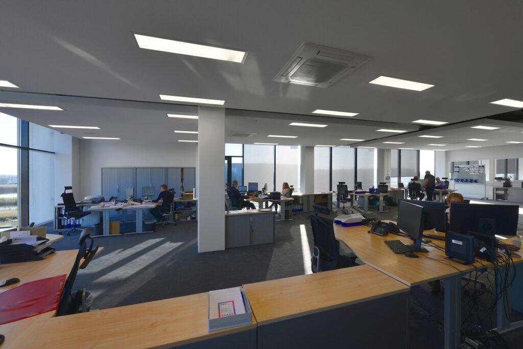 Kantoorinterieur nieuwbouw bedrijfshal met kantoor Donghua International Alkmaar