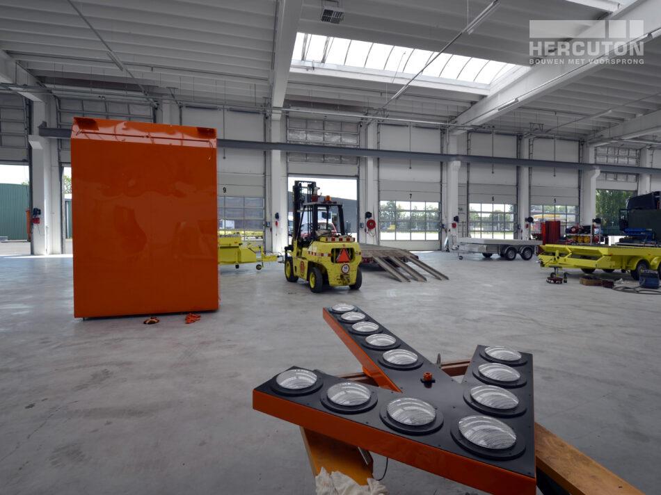 De gebouwoppervlakte van de bedrijfsruimte met kantoor bedraagt 5.475 m2. Het kantoor is uitgevoerd in de kleuren VM-rose 122 (rood-bruin), Labrador 250 (antraciet-grijs) en gladbeton.