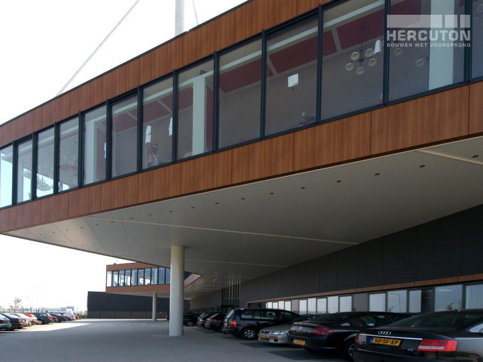 Het bedrijfspand van EGLO omvat naast een bedrijfshal ook een kantoor en showroom.