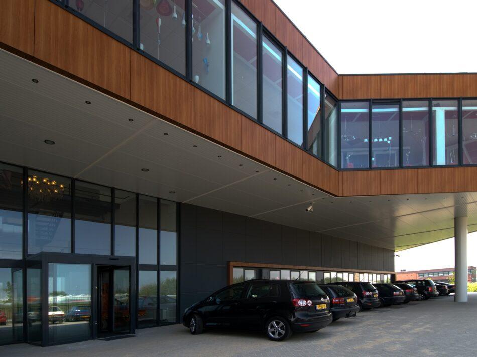 Naast een bedrijfshal omvat het bedrijfspand van EGLO ook een kantoor en showroom.