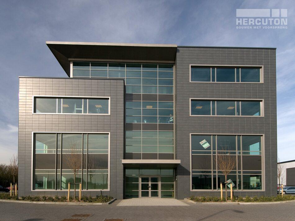 Bedrijfsverzamelgebouw Eurobox in Noordwijk bestaat uit 22 units en is uitgevoerd in de kleur Labrador.