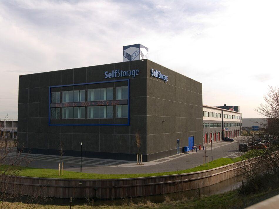 De gevels van bedrijfsverzamelgebouw Eurobox in Noordwijk zijn voorzien van keramische tegels en een stalen gevelbeplating.