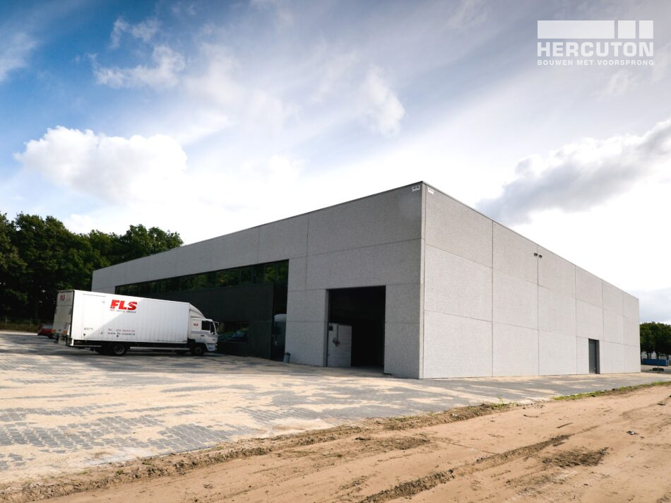 Hercuton heeft in Tilburg een distributiehal met kantoor gerealiseerd voor FLS, een gespecialiseerd transportbedrijf dat koeriersdiensten aanbiedt.