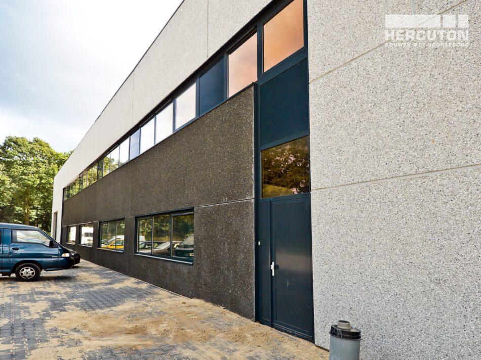 Hercuton heeft in Tilburg een distributiehal met kantoor gerealiseerd voor FLS, een gespecialiseerd transportbedrijf dat koeriersdiensten aanbiedt. - zijgevel
