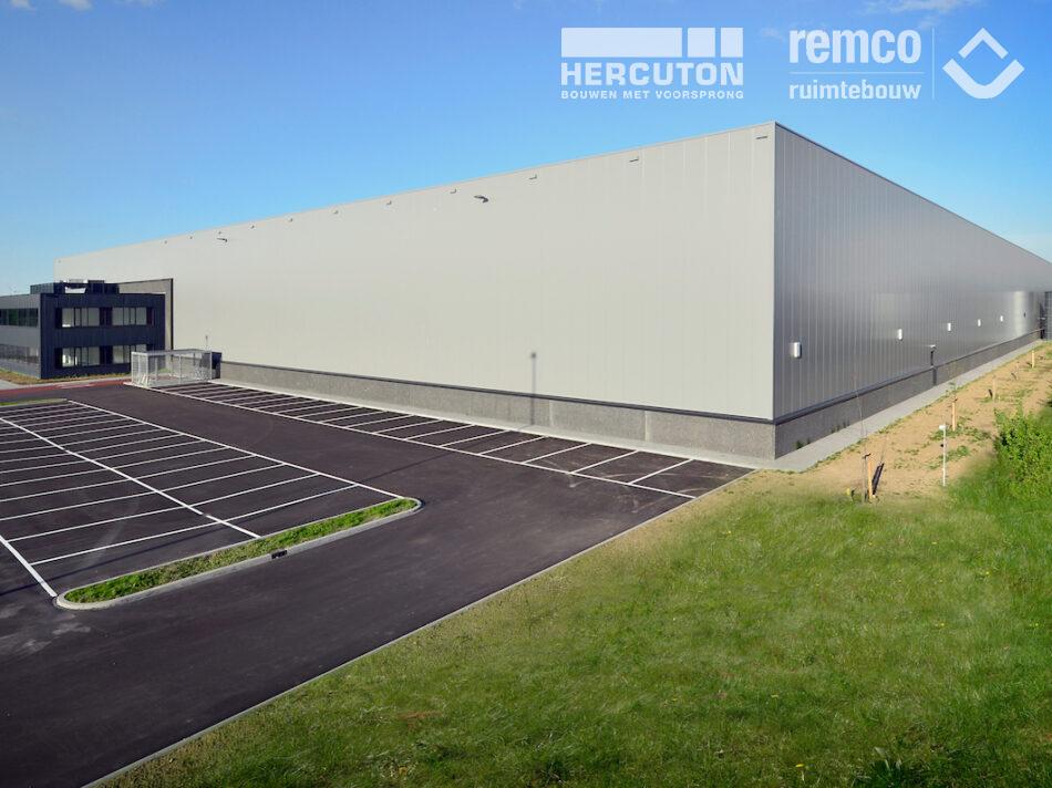 Het 20.640 m² tellende distributiecentrum op bedrijventerrein Gaasperwaard in Vianen is voorzien van een tweelaags kantoor.