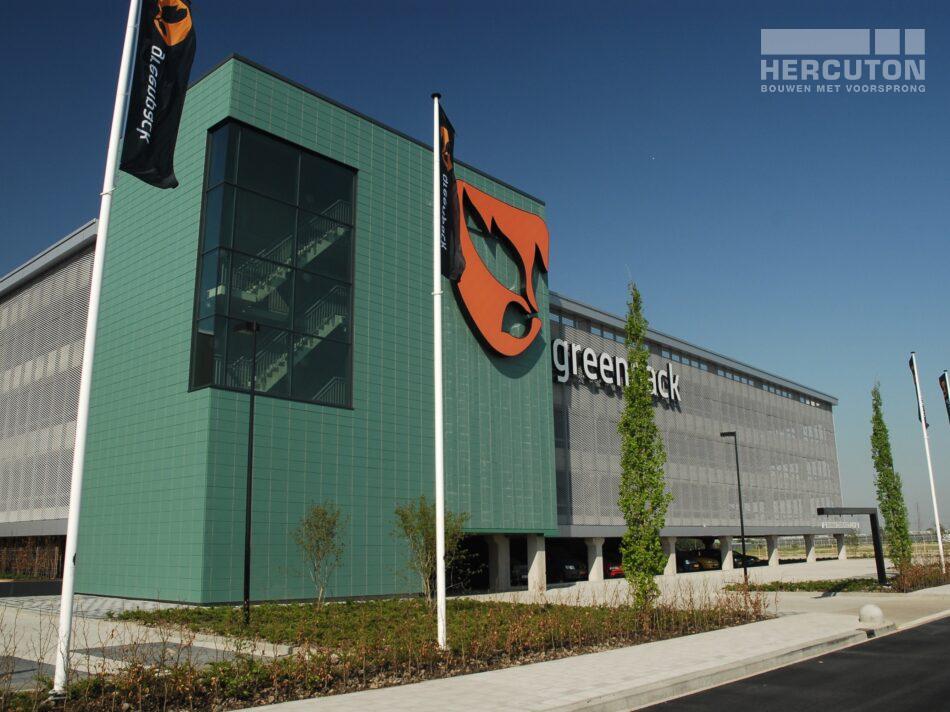 De nieuwbouw van Greenpack bestaat uit een bedrijfshal met kantoren en een drielaags parkeergarage.
