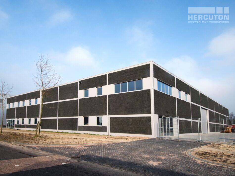 In Amsterdam staat de door Hercuton gebouwde opslaghal met showroom en kantoor voor Gruter.