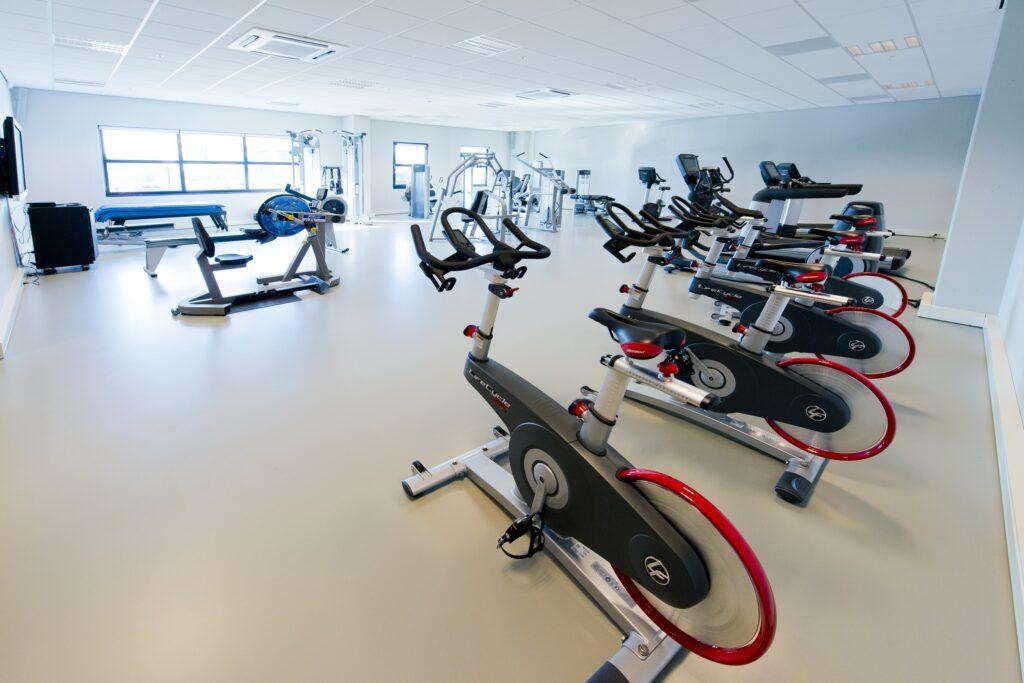 Hercuton realiseerde het state-of-the-art EMEA distributiecentrum met loft kantoor van Hitachi Vantara in Zaltbommel - fitnessruimte