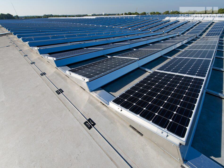 Hercuton realiseerde het state-of-the-art EMEA distributiecentrum met loft kantoor van Hitachi Vantara in Zaltbommel - zonnepanelen