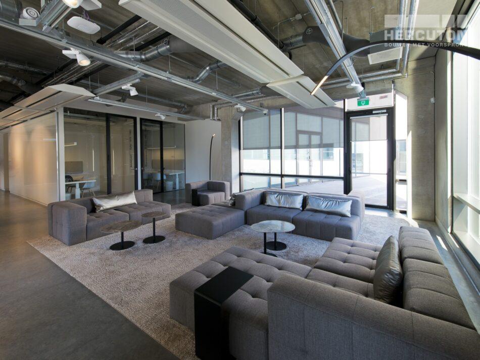 Hercuton realiseerde het state-of-the-art EMEA distributiecentrum met loft kantoor van Hitachi Vantara in Zaltbommel - ontvangstruimte