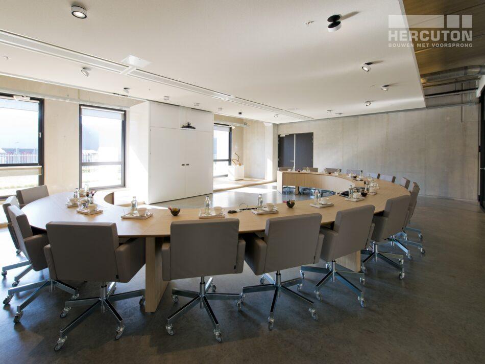 Hercuton realiseerde het state-of-the-art EMEA distributiecentrum met loft kantoor van Hitachi Vantara in Zaltbommel - vergaderruimte