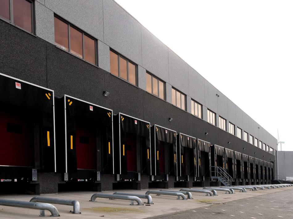 Hebo Trans heeft al vijf panden door Hercuton laat bouwen. Dit vijfde pand meet 5.887 m2. De opdrachtgever is erg te spreken over de snelheid van bouwen, de flexibele opstelling en de werkwijze van Hercuton.