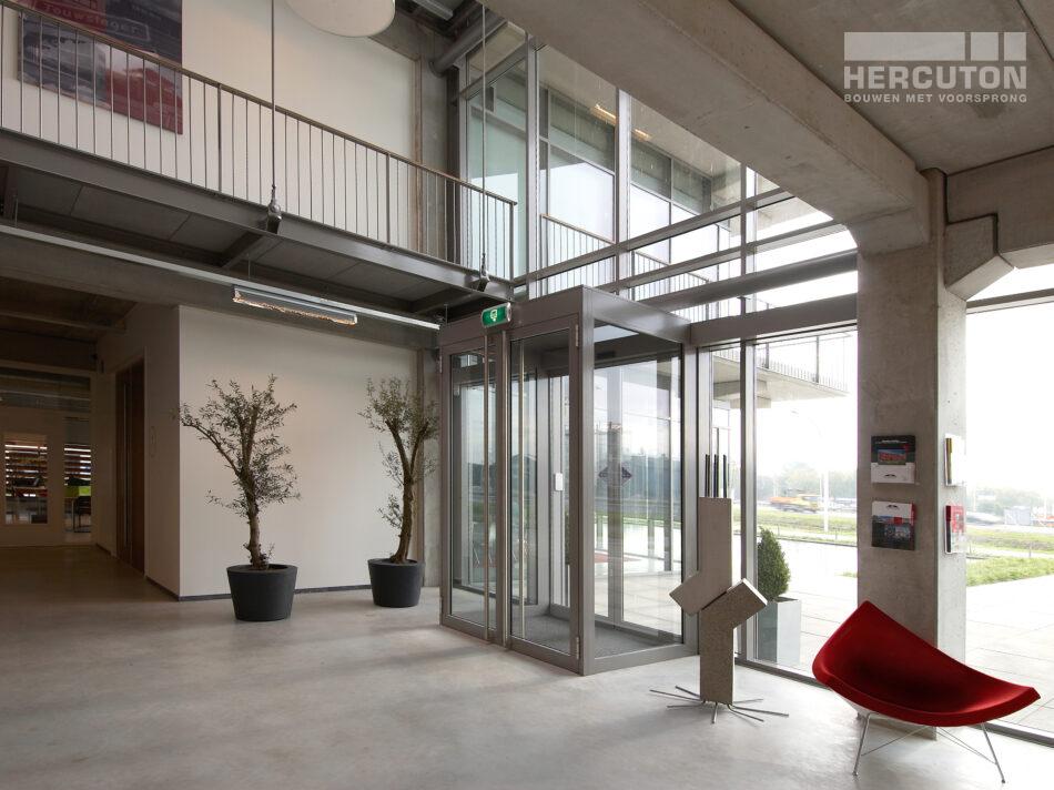 In het lichte, transparante kantoor is de loftarchitectuur duidelijk herkenbaar. Om ruimte efficiënt te benutten is op het dak van de magazijnruimte een parkeerdek met ruimte voor 33 auto's gecreëerd. Op het dak van het kantoorgedeelte liggen zonnepanelen.