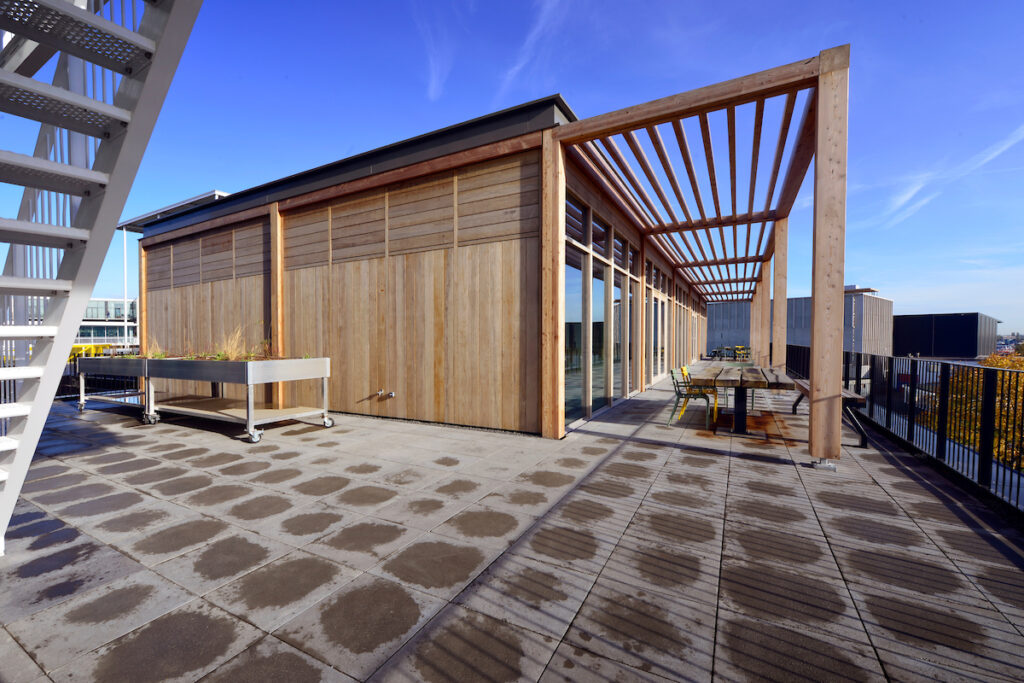 De gebouwen zijn conceptmatig gerealiseerd en turnkey opgeleverd door Hercuton in prefab beton, staal én hout.