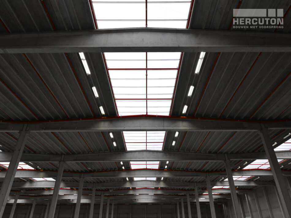 In Moerdijk staat een imposante opslaghal voor banden. Dit 33.129 m2 tellende pand is door Hercuton gebouwd.