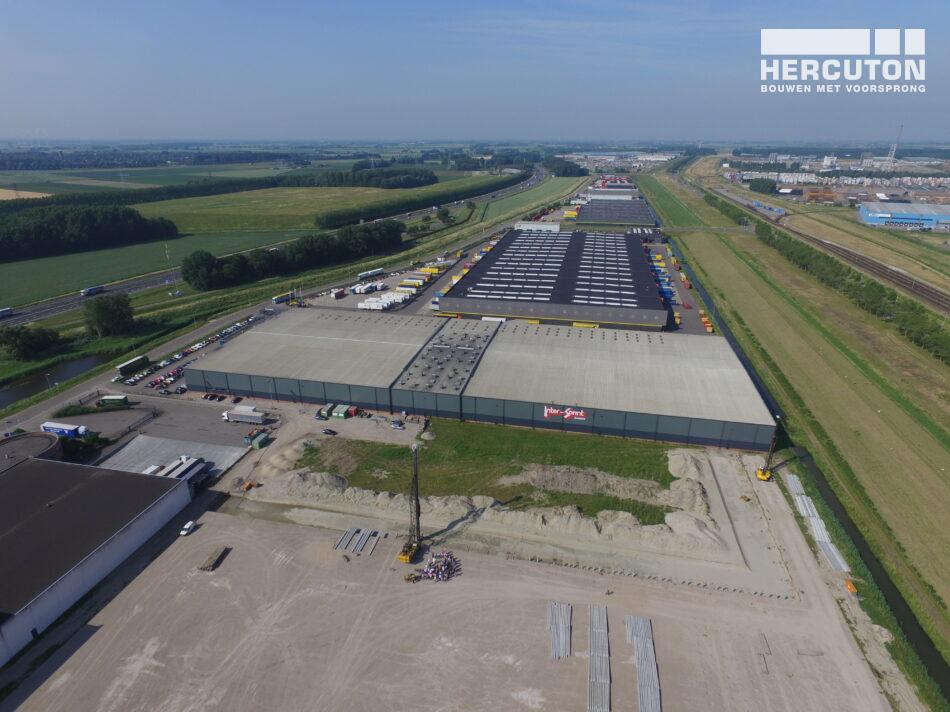 Nieuwbouw distributiecentrum met houten spanten Inter-Sprint Moerdijk - luchtfoto