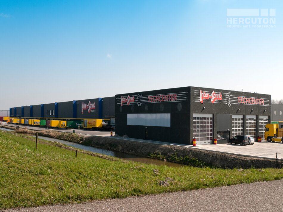 Hercuton heeft in Moerdijk meerdere gebouwen gerealiseerd voor Inter-Sprint. Dit keer ging het om twee bedrijfsruimtes met kantoor.