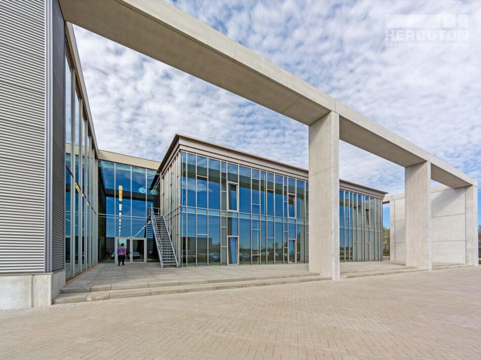 Hercuton realiseerde het kantoor met productiehal voor J.M. van Delft + zn. in Drunen. Het pand fungeert als gevelinspiratiecentrum. - vooraanzicht