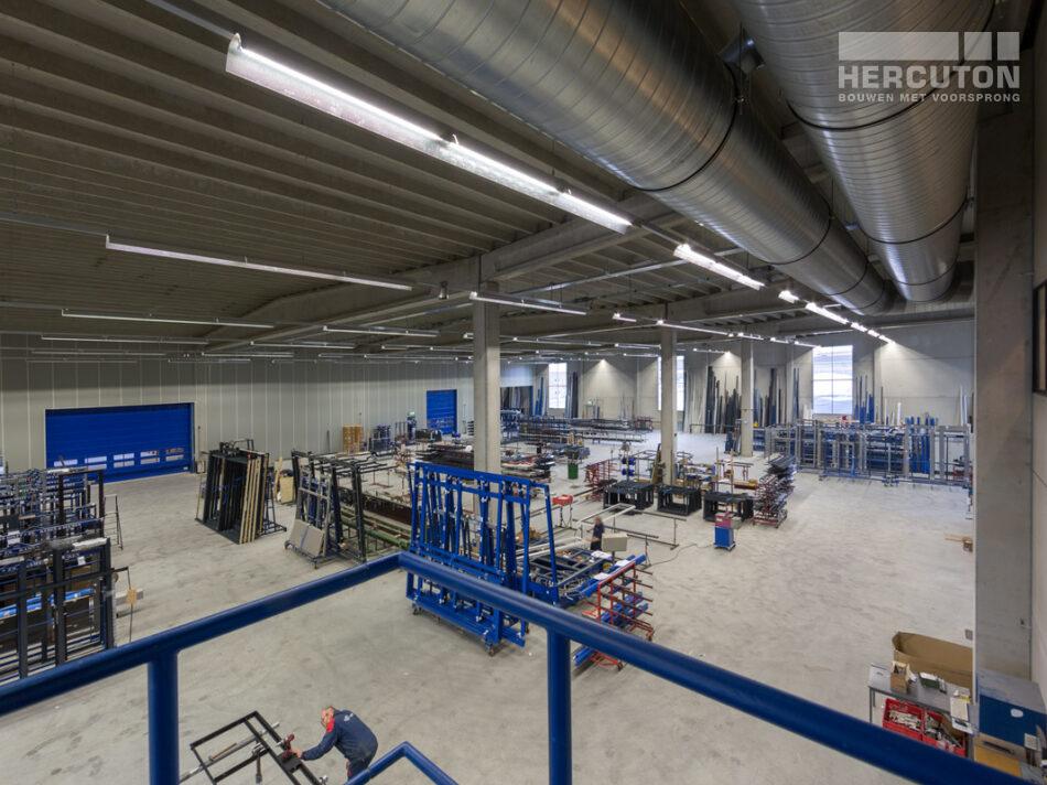 Hercuton realiseerde het kantoor met productiehal voor J.M. van Delft + zn. in Drunen. Het pand fungeert als gevelinspiratiecentrum. - productieruimte