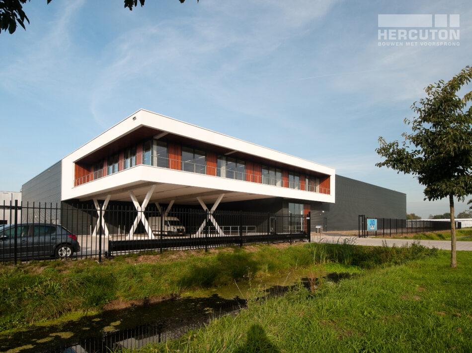 Op het bedrijventerrein Het Hoog in Nieuwkuijk, waar Hercuton b.v. ook gevestigd is, realiseerde Hercuton een distributiehal met kantoor voor JVD.