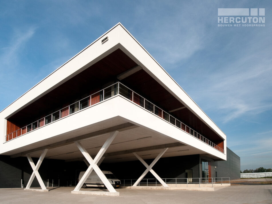 De gebouwoppervlakte bedraagt 4.804 m2. Hiervan is 3.844 m2 begane grond voorzien en 960 m2 verdiepingsvloer. Onder de verdiepingsvloer zit een laadkuil van 286 m2. De wanden van de distributiehal zijn voorzien van sandwichbeplating. Het kantoor is uitgevoerd in de karakteristieke loft architectuur.
