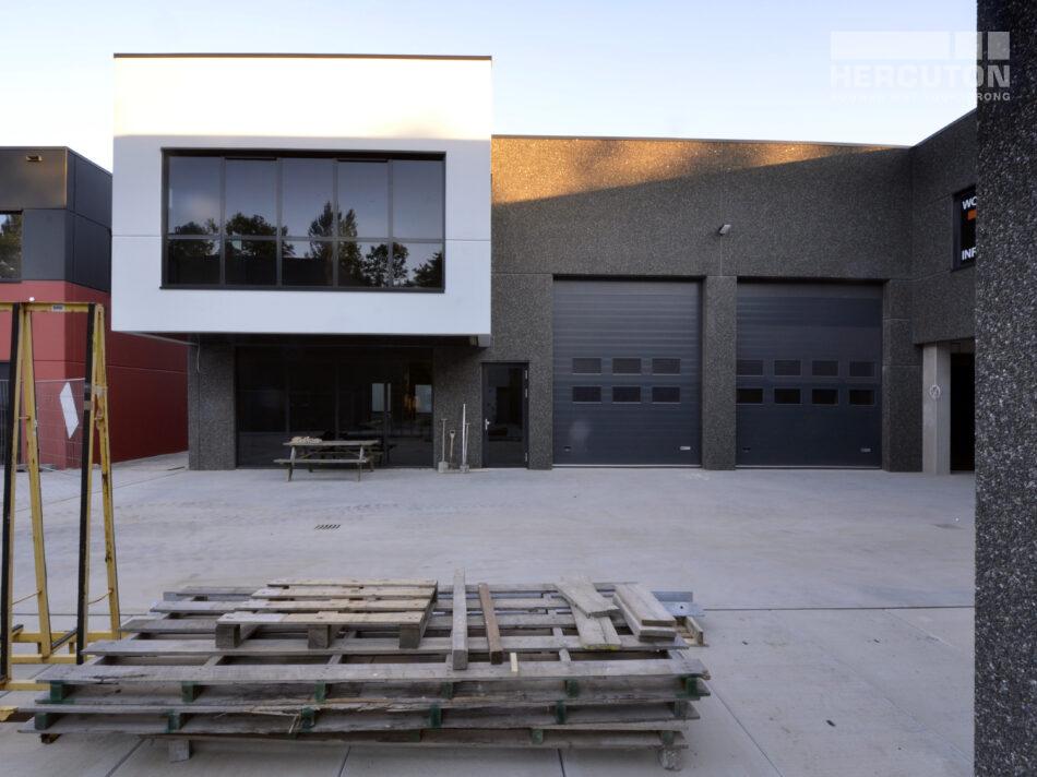 Bedrijfsruimte met woning Jamo Holding B.V. De gebouwoppervlakte bedraagt 792 m2 waarvan 293 m2 verdiepingsvloer en 30 m2 dakterras. De bedrijfsruimte is uitgevoerd in natuursteengranulaat kleur Labrador (antraciet). Het glad beton van het kantoor en de woning zijn van een lichtgrijze coating voorzien.