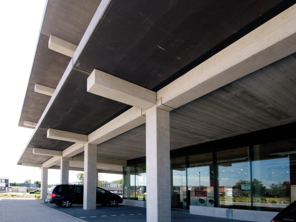De showroom van Koeleman is conform de karakteristieke loft archituur gebouwd.