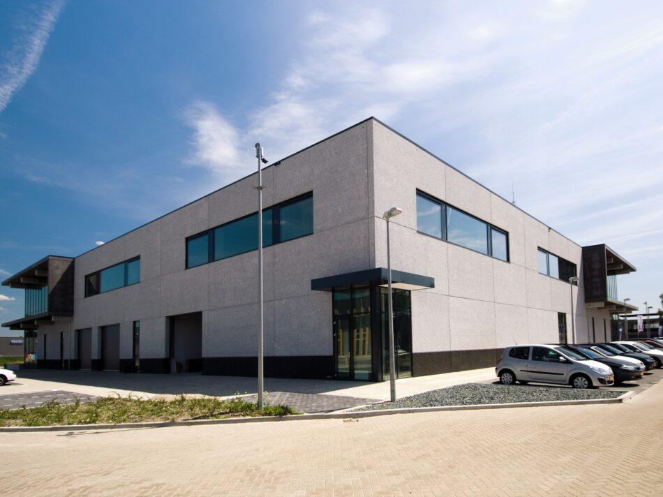 De showroom van Koeleman is ontworpen door architect H.W. van der Laan.