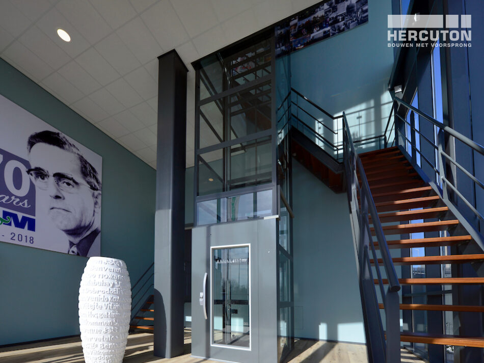 Trappenhuis in nieuwbouw distributiecentrum met kantoor L&M Rijnsburg