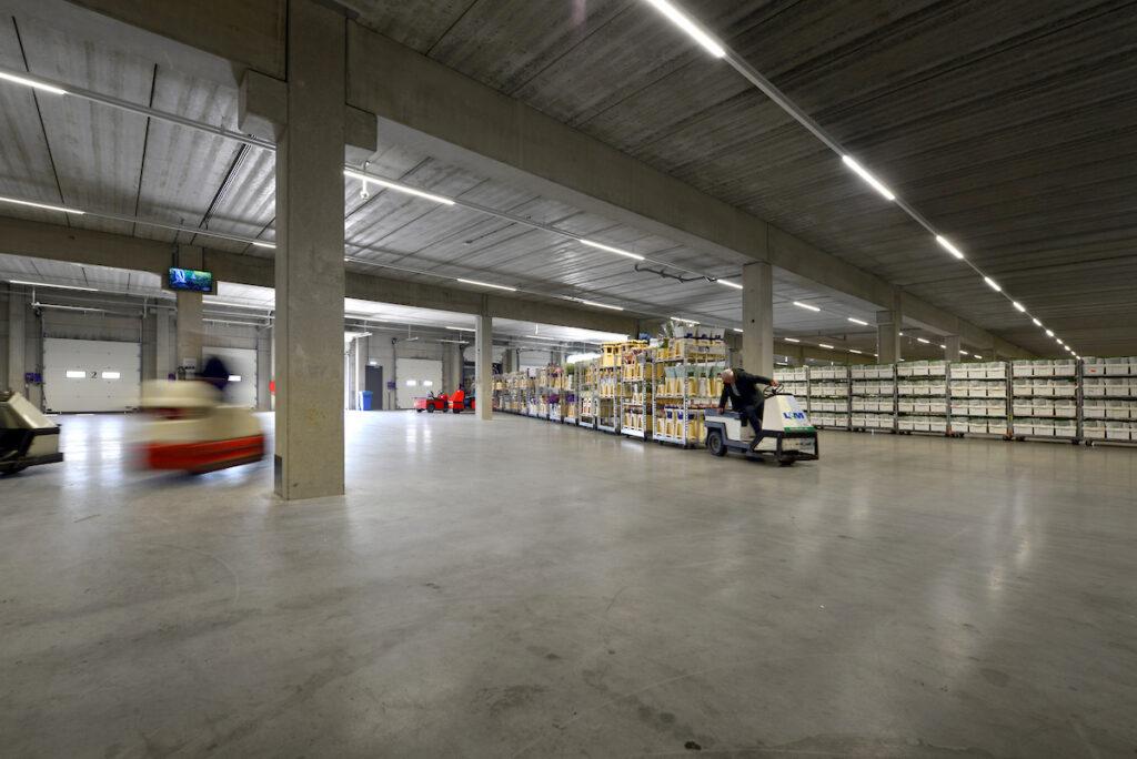 Hercuton heeft voor L&M Rijnsburg een tweelaags distributiecentrum met kantoor turn-key gerealiseerd.