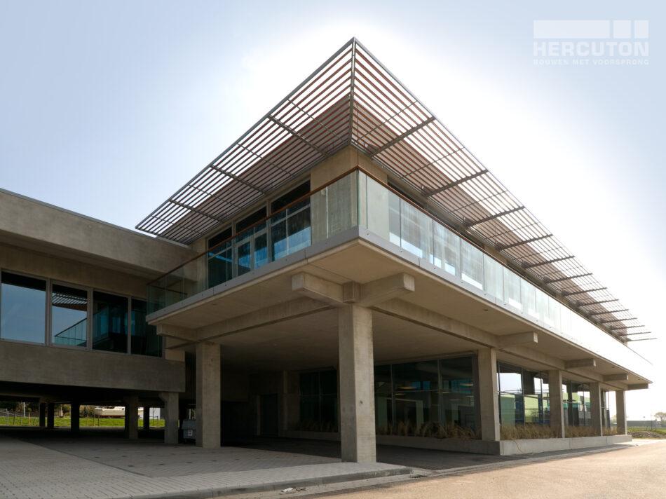 Loods Lijnden is een omvangrijk project dat uit verschillende gedeelten bestaat. Het is een mooi bedrijvencomplex met een interessant lijnenspel. Het gebouw oogt uiterst strak, maar eigenlijk is de architectuur behoorlijk divers met allerlei overstekken, balkons, kozijnen, ramen en parkeerruimtes.
